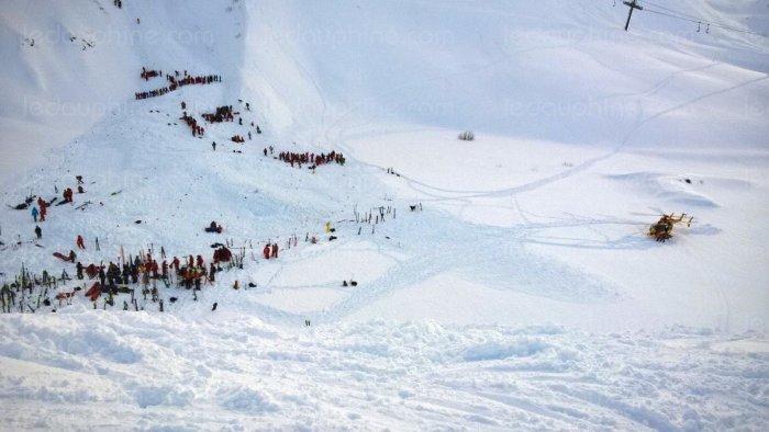 les-secours-sur-les-lieux-de-l-avalanche-vers-17-h-30-photo-sebastien-izzilo-le-dauphine-libere-1452706156
