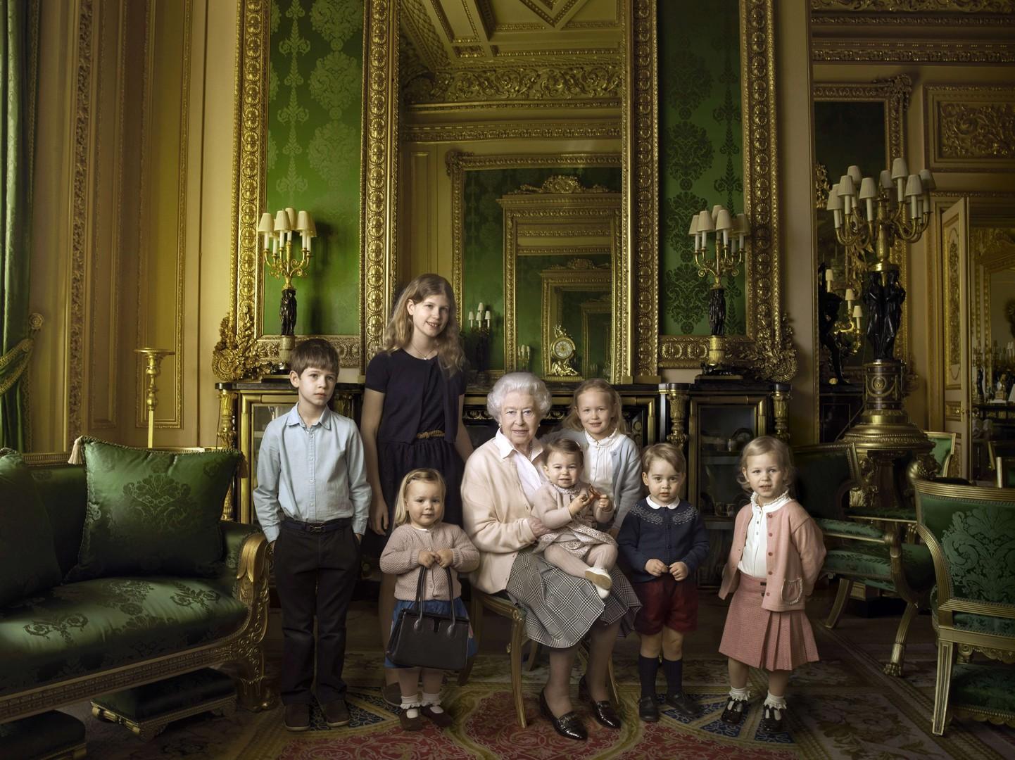 7782930787_elizabeth-ii-avec-ses-5-arriere-petits-enfants-et-2-petits-enfants