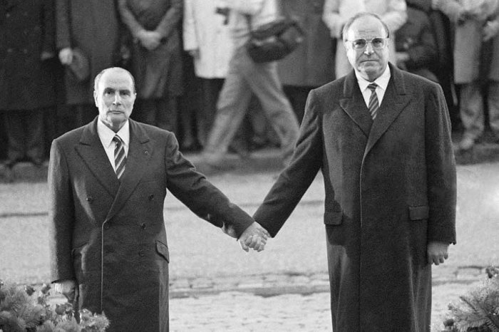 francois-mitterrand-et-helmut-kohl-main-dans-la-main-le-22-septembre-1984-a-verdun-l-incarnation-du-couple-franco-allemand-photo-afp-1497627174