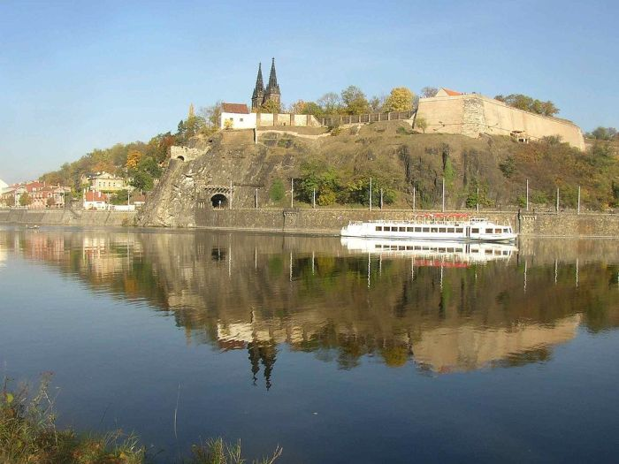 1024px-Vysehrad_as_seen_over_the_Vltava_from_Cisarska_louka_732