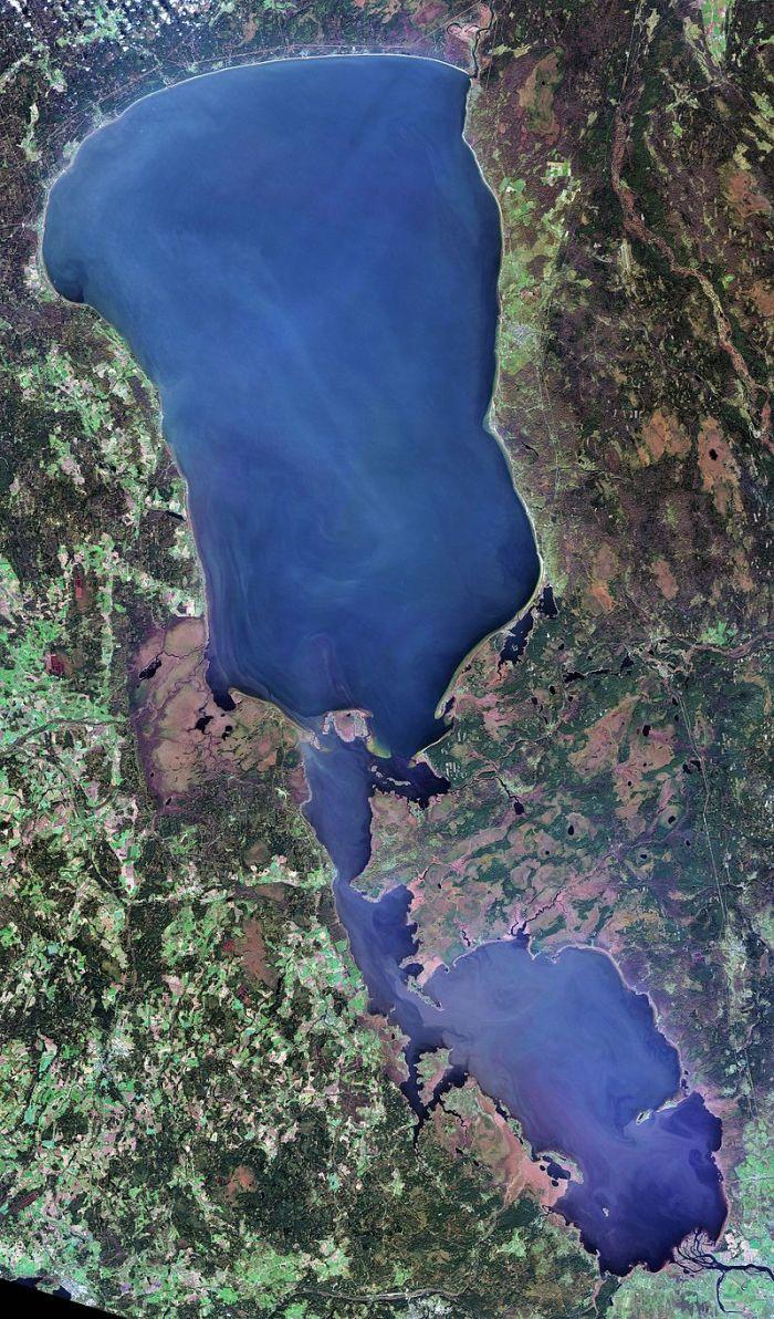 Lake_Peipus,_LandSat-8,_2016-10-20